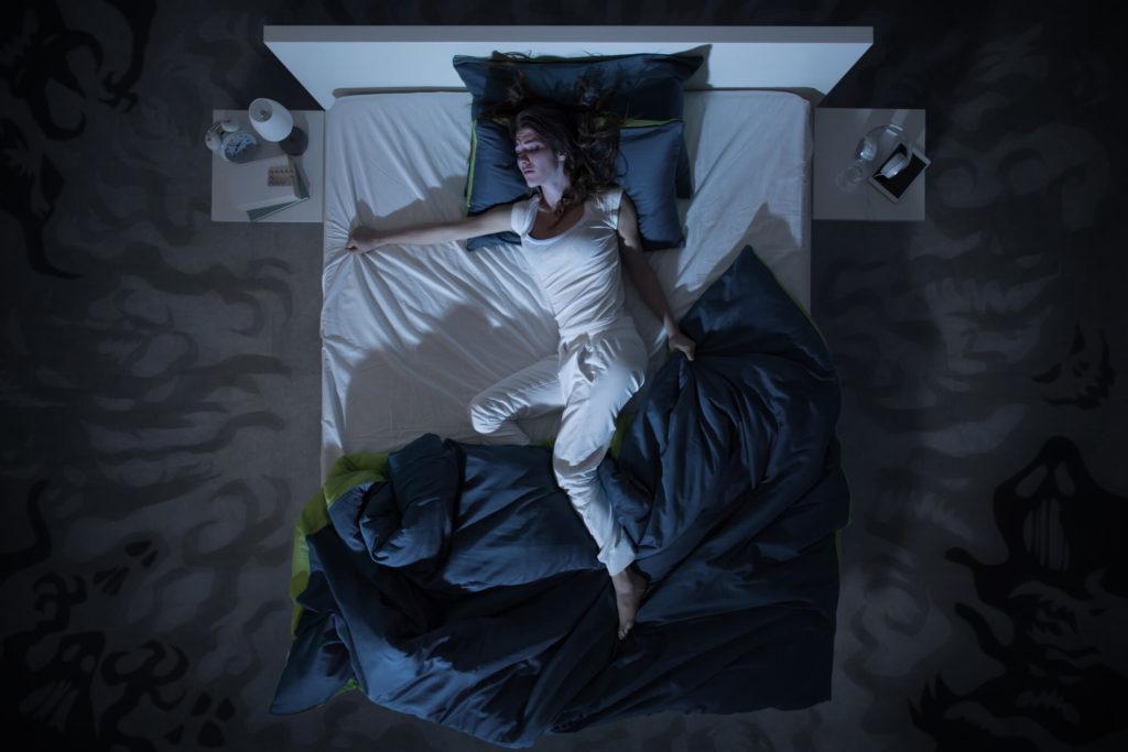 Het slaapprobleem of slaapstoornis zweten in de nacht