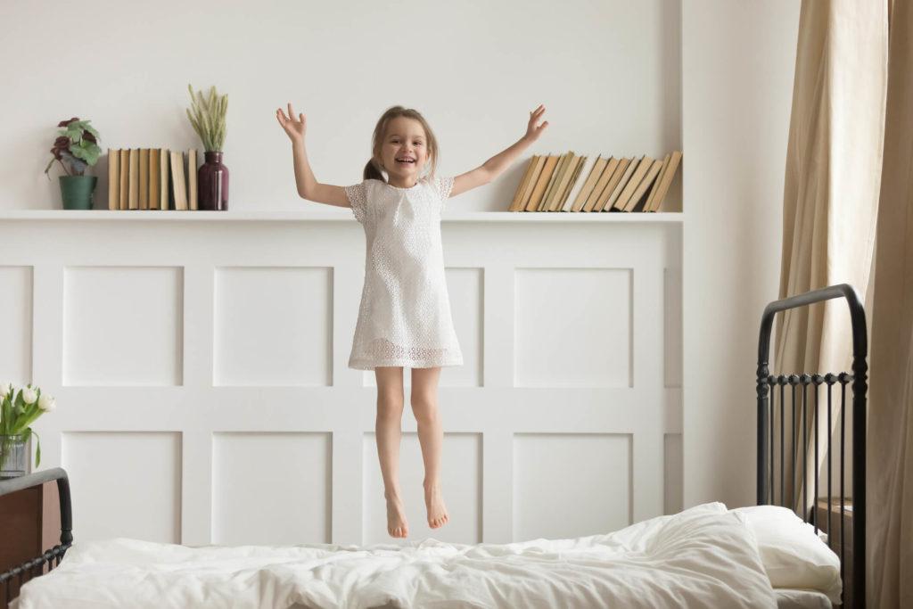 Springen op een bed en matras