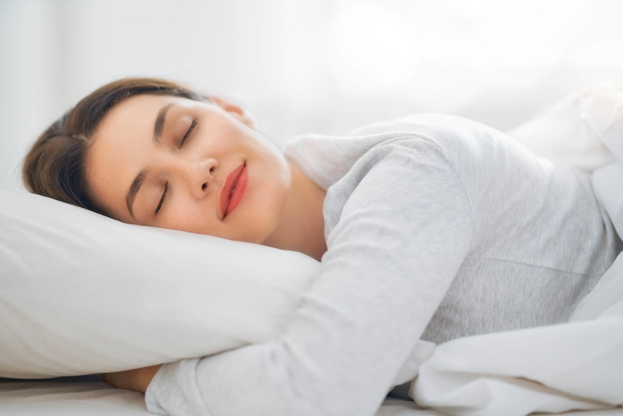 Mevrouw slaapt op een pocketvering matras